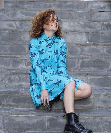Vestido estampado camisero de mujer, de manga larga, hecho en algodón orgánico y bonito estampado de grullas. Es un vestido sostenible hecho en España.