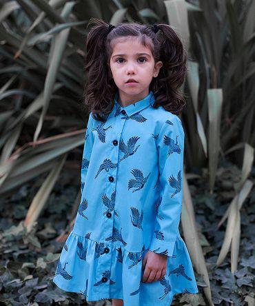 Vestido infantil estampado, camisero y de manga larga. Hecho en algodón orgánico con estampado de grullas sobre fondo turquesa. Vestido de niña hecho en España de manera sostenible.