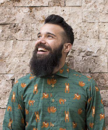 Camisa estampada de hombre, de manga larga. Está hecha en algodón orgánico con estampado de perezosos sobre fondo verde.
