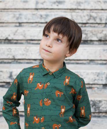 Camisa infantil estampada, de manga larga. Camisa de niño hecha en algodón orgánico con estampado de perezosos sobre fondo verde. Es una prenda sostenible hecha en España.