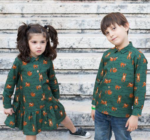 Conjunto de camisa de niño y vestido camisero de niña, de manga larga, hechos en algodón orgánico con estampado de perezosos.