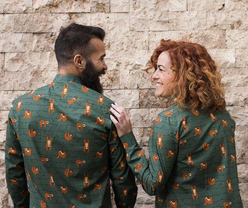 Conjunto de vestido camisero de mujer y camisa de hombre, de manga larga, hechos en algodón orgánico con estampado de perezosos.