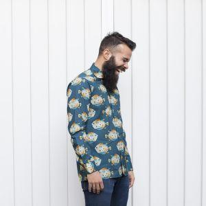 Camisa estampada de hombre, de manga larga, hecha en algodón orgánico, con estampado de peces globo sobre fondo gris. Es una camisa hecha en España.