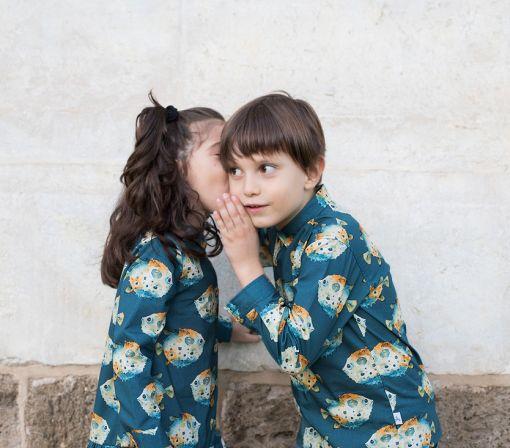 Conjunto de vestido camisero y de niña y camisa de niño, de manga larga y estampado de peces globo.