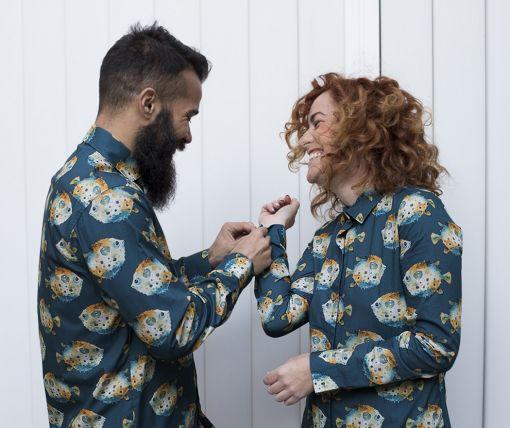 Vestido camisero de mujer y camisa de hombre para vestir a juego. Estampado de peces globo sobre fondo gris. Son prendas de manga larga. Hecho en España de manera sostenible.