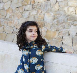 Vestido infantil estampado, de manga larga, hecho en algodón orgánico, con bonito estampado de peces globo sobre fondo gris. Hecho en España. Vestido camisero de niña.