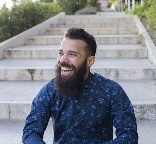 Camisa estampada de hombre, de manga larga, hecha en algodón orgánico con estampado de platillos sobre fondo navy.
