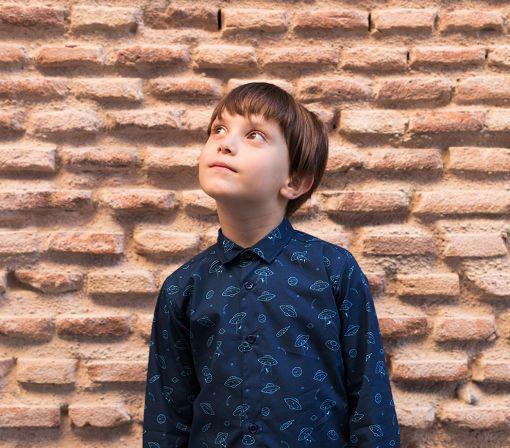 Camisa infantil estampada y de manga larga. Hecha en algodón orgánico con platillos sobre fondo navy. Camisa sostenible hecha en España.