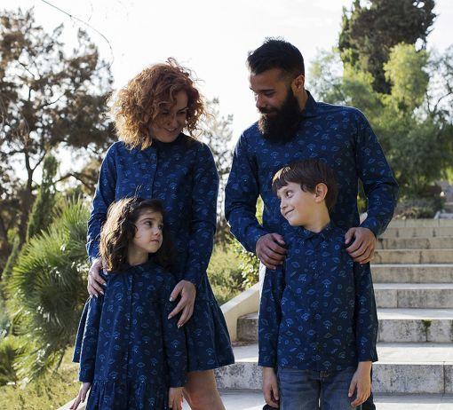 Conjunto de vestidos y camisas, de manga larga, para combinar a juego con toda la familia. Estampado de platillos sobre fondo navy. Hecho en algodón orgánico.