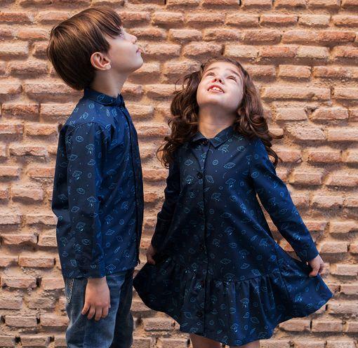 Conjunto de vestido camisero de niña y camisa de niño, de manga larga, hecho en algodón orgánico, con bonito estampado de platillos sobre fondo navy.