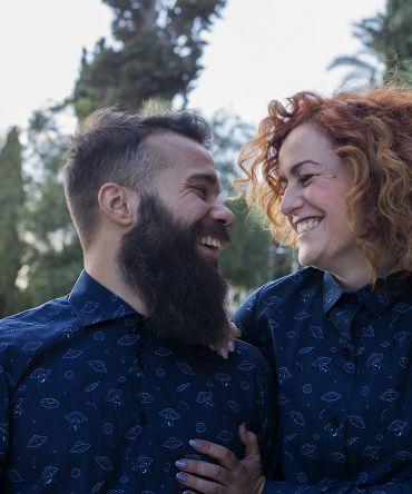 Conjunto de vestido camisero y camisa, de manga larga, de adulto, hecho en algodón orgánico, con bonito estampado de platillos sobre fondo navy.
