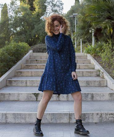 Vestido estampado de mujer. Vestido camisero de manga larga, hecho en algodón orgánico, con bonito estampado de platillos sobre fondo navy. Hecho en España en talleres locales, de manera sostenible.