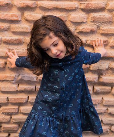 Vestido infantil camisero, de manga larga, hecho en algodón orgánico, con bonito estampado de platillos sobre fondo navy. Hecho en España. Vestido de niña hecho de manera sostenible.