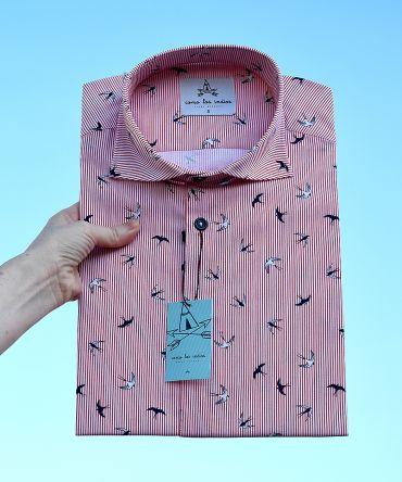 Camisa estampada de hombre, de manga corta, hecha en algodón, con estampado de golondrinas y fondo a rayas rojas y blancas. Hecha en España de manera sostenible y bajo condiciones laborales éticas.