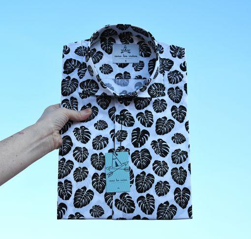 Camisa estampada de hombre, de manga corta, hecha en algodón orgánico, con estampado de hojas de monstera sobre fondo blanco. Hecho en España de manera sostenible.