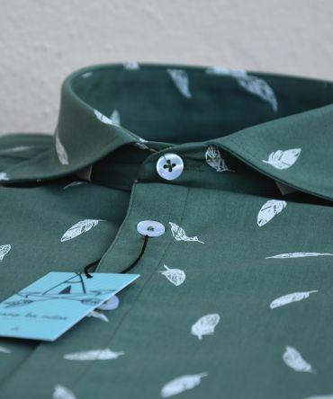Camisa estampada de hombre, de manga corta, hecha en algodón orgánico, con estampado de plumas sobre fondo mint. Hecha en España de manera sostenible.