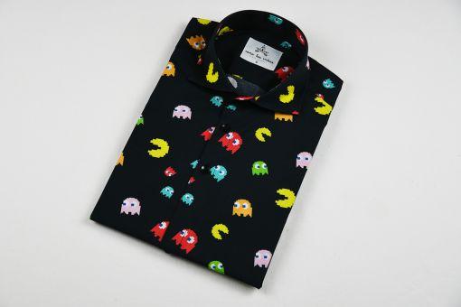 Camisa hombre estampada, hecha en algodón orgánico, con bonito estampado de comecocos. Es de manga corta, tiene el bajo recto, canesú y cuello italiano.