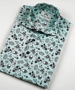 Camisa hombre estampada, hecha en algodón orgánico, con bonito estampado de tatus old school. De manga corta, bajo recto, canesú y cuello italiano.