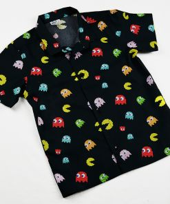 Camisa manga corta infantil hecha en algodón orgánico con bonito estampado de comecocos sobre fondo negro. Es de manga corta y bajo recto.
