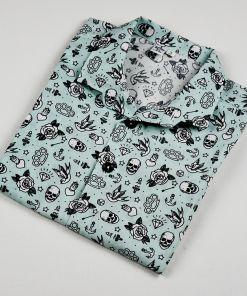 Camisa manga corta infantil hecha en algodón orgánico con bonito estampado de dibujos de tatu old school sobre fondo azul. Es de manga corta y bajo recto.
