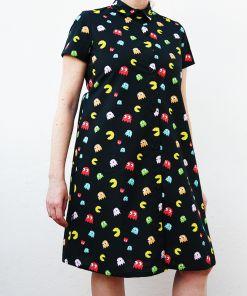 Vestido manga corta mujer, con estampado de comecocos. Hecho en algodón orgánico, de manera sostenible, en talleres locales. Es un vestido camisero.