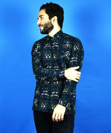Camisa de hombre estampada con alienígenas y pistolas espaciales sobre fondo negro. Camisa de hombre, sostenible y de algodón orgánico.