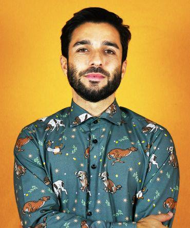 Camisa estampada de hombre, de manga larga y de algodón orgánico. Camisa sostenible de hombre con estampado de perros. Hecha en España.