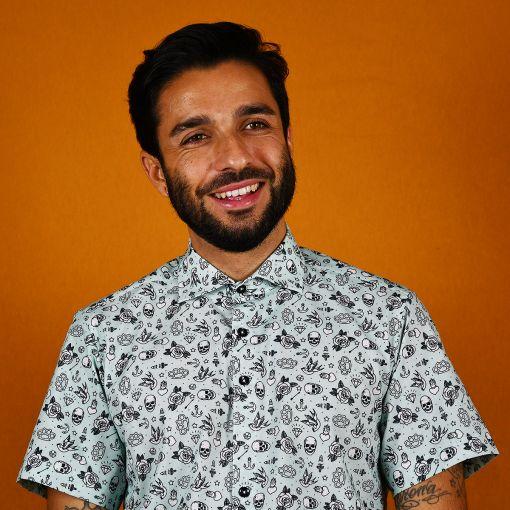 Camisa hombre estampada, de manga corta, hecha en algodón orgánico, con bonito estampado de tatus old school. Hecha en España