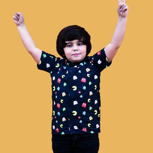 Camisa manga corta infantil, hecha en algodón orgánico con bonito estampado de comecocos sobre fondo negro. Hecha en España.