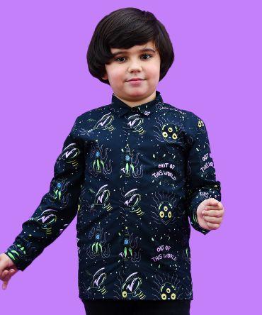 Camisa de niño de manga larga, hecha en algodón orgánico, con estampado de alienígenas y pistolas espaciales sobre fondo negro.