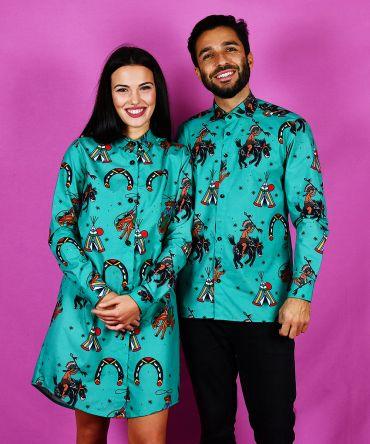 Conjunto de camisa de hombre y vestido camisero de mujer, de manga larga y algodón orgánico con estampado de indios y vaqueros sobre fondo turquesa.