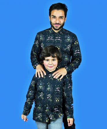 Conjunto de camisas de hombre y de niño con estampado de alienígenas y pistolas espaciales sobre fondo negro. Prendas iguales para vestir a juego padres e hijos.