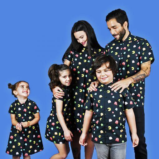 Conjunto de camisas de hombre y niño y vestidos camiseros de mujer y niña con estampado de comecocos sobre fondo negro. Son de manga corta y de algodón orgánico.
