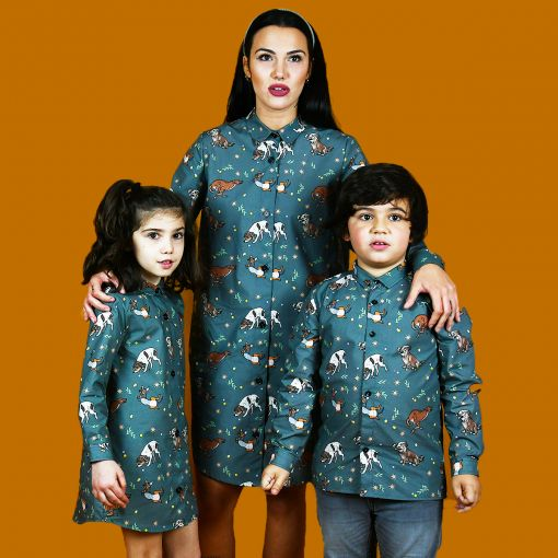 Conjunto de camisa de niño y vestidos camiseros de niña y de mujer con estampado de perros. Son de manga larga y de algodón orgánico. Prendas iguales para que las familias puedan vestir a conjunto.