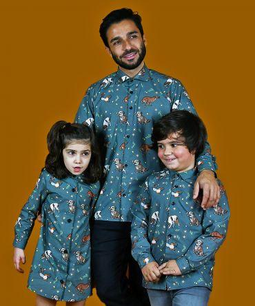 Conjunto de camisa de hombre y de niño y vestido camisero de niña con estampado de perros. Son de manga larga y de algodón orgánico. Prendas iguales para que las familias puedan vestir a conjunto.