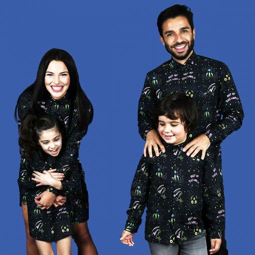 Conjunto de camisas de hombre y niño y vestidos camiseros de mujer y niña con estampado de alienígenas. Son de manga larga y de algodón orgánico.