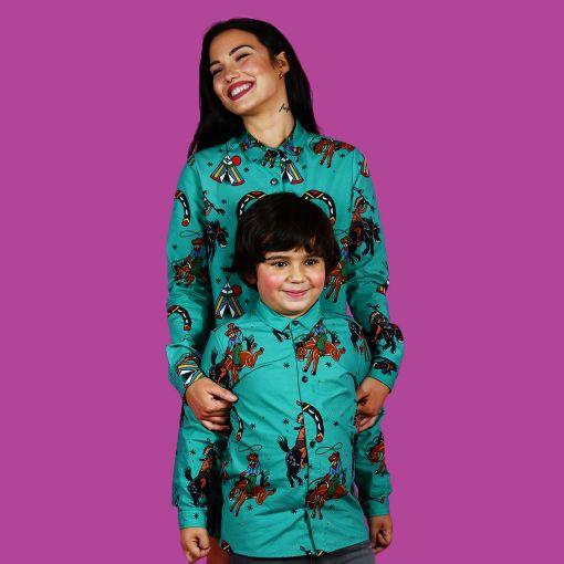 Vestido camisero de mujer y camisa de niño, de manga larga y algodón orgánico con estampado de indios y vaqueros sobre fondo turquesa. Prendas iguales para vestir a conjunto.