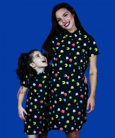Vestido camisero de mujer y de niña, de manga corta, hecho en algodón orgánico con estampado de comecocos sobre fondo negro.