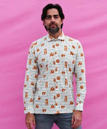 Camisa estampada de hombre, de manga larga, hecha en algodón orgánico, con estampado de perezosos sobre fondo blanco. Hecha en España.