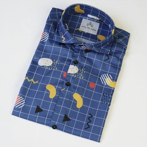 Camisa de hombre estampado geométrico sobre fondo azul, de manga corta y algodón orgánico. Camisa sostenible hecha en España.