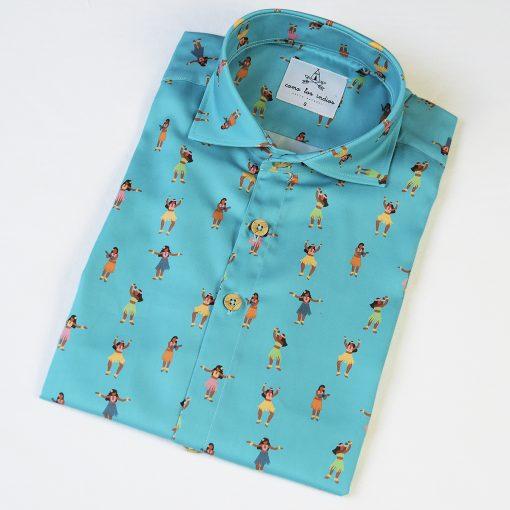 Camisa de hombre estampada con chicas hula sobre fondo turquesa, de manga corta y algodón orgánico. Camisa sostenible hecha en España.