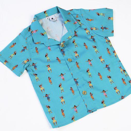 Camisa de niño estampada con chicas hula sobre fondo turquesa. Es de manga corta y está hecha en algodón orgánico, de manera sostenible.