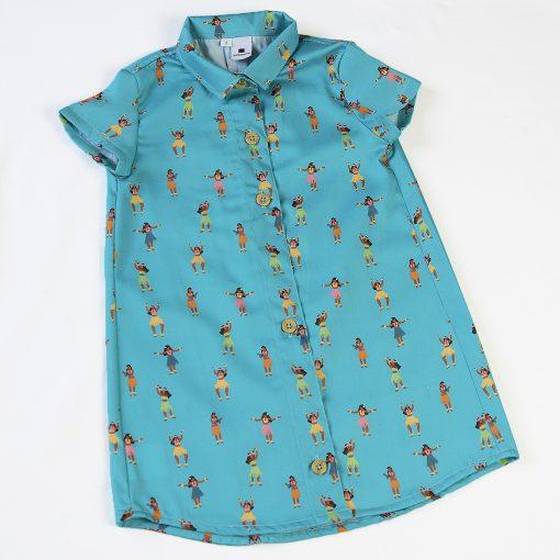 Vestido camisero de niña, de manga corta, hecho en algodón orgánico con estampado de hulas sobre fondo turquesa. Hecho en España.