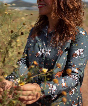 Vestido estampado camisero de mujer, de manga larga, hecho en algodón orgánico con bonito estampado de perros. Hecho en España.
