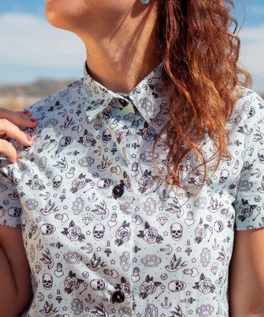 Vestido camisero de mujer, de manga corta mujer, con estampado de tatu. Hecho en algodón orgánico, de manera sostenible, en talleres locales.